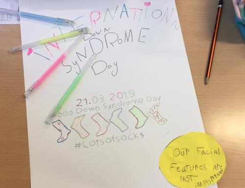 3r de primària dissenya pòsters en el Dia Mundial de la Síndrome Down