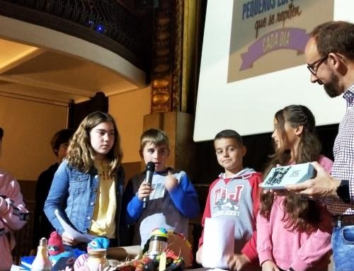 La cooperativa de 5è, Divercoopi, presenta els seus productes als representants de l'Ajuntament de Sitges